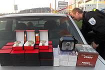 Městští policisté objevili plné auto věcí, které se Romové pokoušeli nepovoleným způsobem prodat