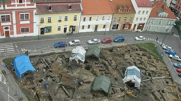 Pohled na vykopávky na Staroměstském náměstí z věže radnice v Mladé Boleslavi.