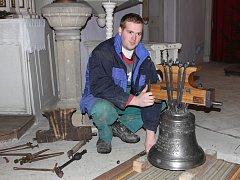 Zvonař Michal Votruba se zvonem v dolnokrupském kostele