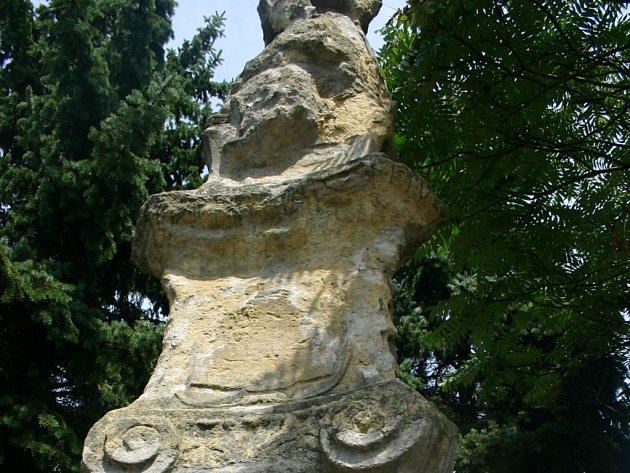 Socha sv. Antonína Paduánského se rozpadá.