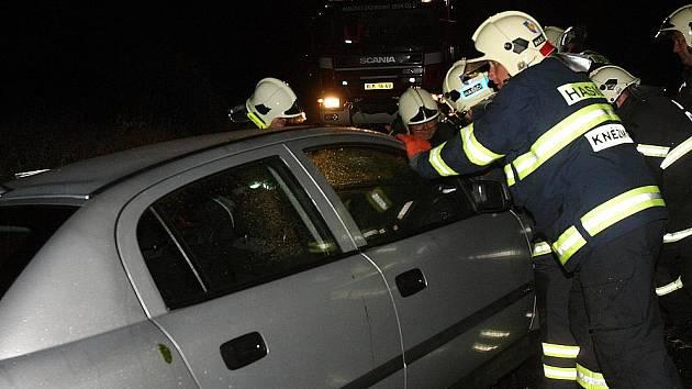 Bouřka řádila na Mladoboleslavsku. Kvůli popadaným stromům bourala u Bakova nad Jizerou dvě auta. Zranili se tři lidé.
