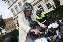 Primátor Mladé Boleslavi Raduan Nwelati si vyzkoušel nové motocykly Yamaha městské policie.