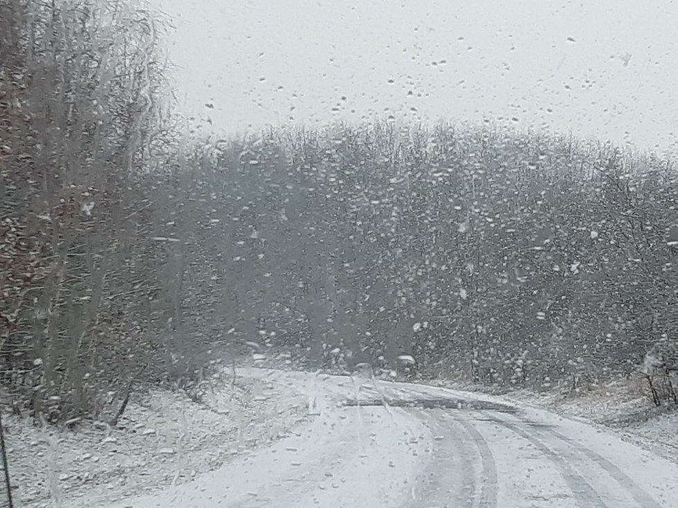 Mladoboleslavsko po slunném víkendu zasypal sníh