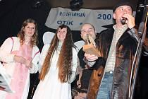 Šéf rádia Jizera Luboš Dvořák předává cenu členům souboru Furiant, který převzal Otíka 2008 za skupinu Difur Band, jež se stala kapelou roku.
