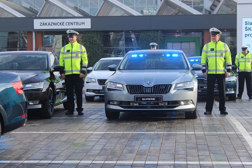 Prvních 19 vozů Škoda Superb Ambition s automatickou převodovkou převzali zástupci Policie České republiky od představitelů automobilky Škoda Auto.