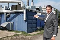 RADEK KRUML, ředitel provozovny, ukazuje kogenerační jednotky.