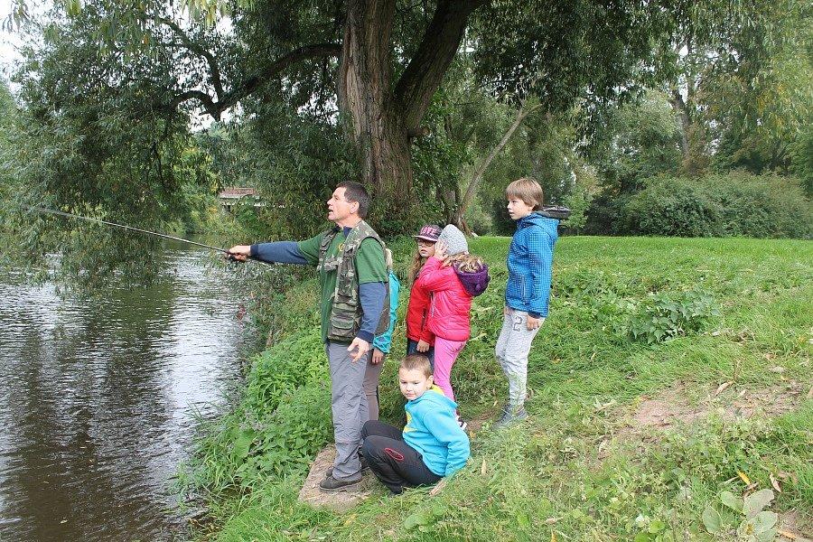 Místo do školních lavic vyrazily děti na ryby.