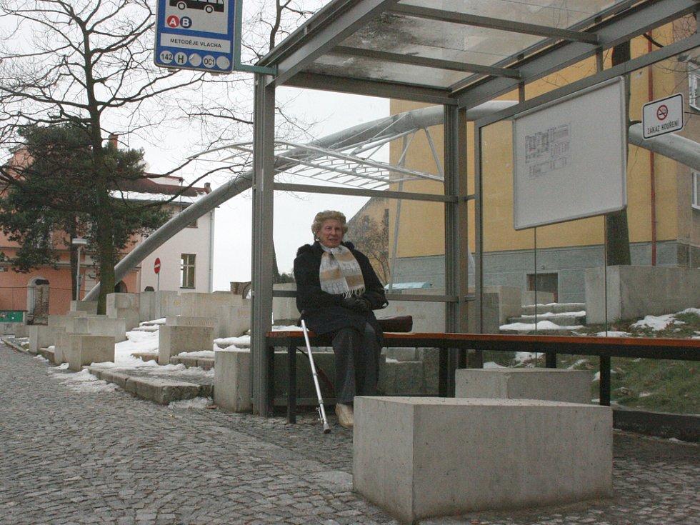 Autobusová zastávka u pomníku Metoděje Vlacha. Kvádry jsou lidem na obtíž.