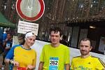 Vytrvalostní rekreační běžec Dalibor Kolář (uprostřed).