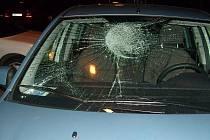 Po opilcích zůstala jen poškozená auta za stovky tisíc korun.