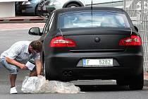Veřejnosti již dobře známá Škoda Superb s podivným černým maskováním vjíždí do technologického centra Česana.