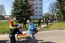 Dobrovolníci pomáhali už na jaře. Například v Mnichově Hradišti s distribucí dezinfekce.