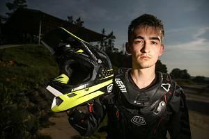 """Jedním z jezdců je Martin Šálek. """"Je to pro mě životní styl. Jsem schopen tomu všechno obětovat, tento sport mě učí důležité lekce do života,"""" řekl."""