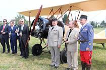 Jedenáctá replika Nadačního fondu Letadlo Metoděje Vlacha měla sedm kmotrů: zástupce francouzské ambasády, armády, Středočeského kraje, města i společnosti Škoda Auto.