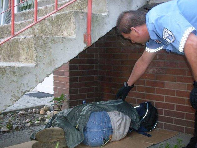 Strážník se snaží člověka bez domova vykázat
