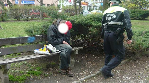 Opilý bezdomovec v Máchově ulici v Mladé Boleslavi.