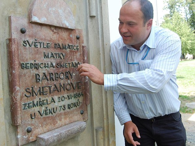Opravená pamětní deska k poctě matky Bedřicha Smetany