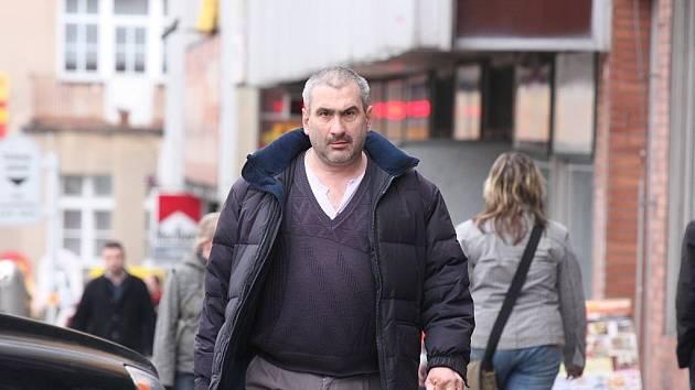 Soudce Pavel Nagy při procházce Mladou Boleslaví.