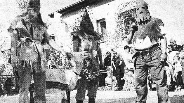 Tradiční Házení kozla v Nové Telibi. V 21. století zdaleka už ne tak krvavá tradice jako na konci století devatenáctého.