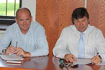 Náměstskové primátora Adolf Beznoska (vlevo) a Jan Smutný na tiskové konferenci města Mladá Boleslav.