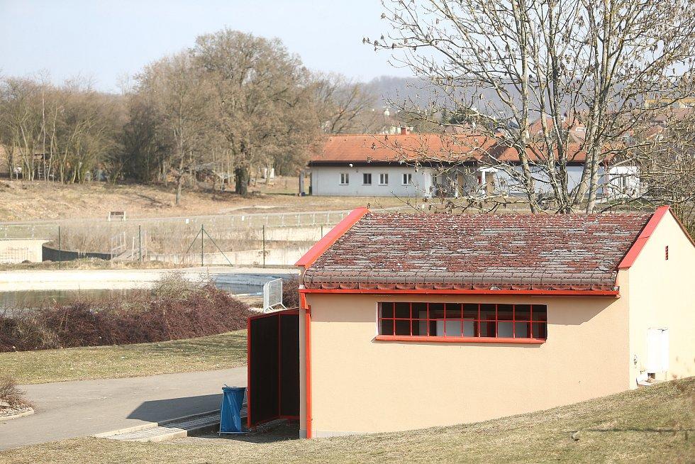Areál dětského hřiště a koupaliště v Kosmonosích na Mladoboleslavsku.