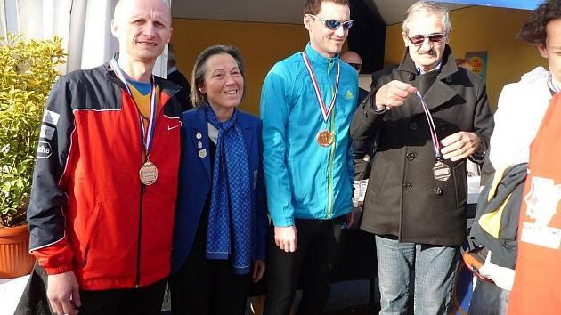 Vojtěch Koudelka (v modrém) po závodě v Nice