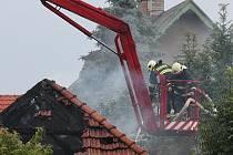 Hasiči v sobotu odpoledne bojovali s požárem domu v Předměřicích na Mladoboleslavsku. Požár způsobil blesk, který při bouřce do objektu uhodil.