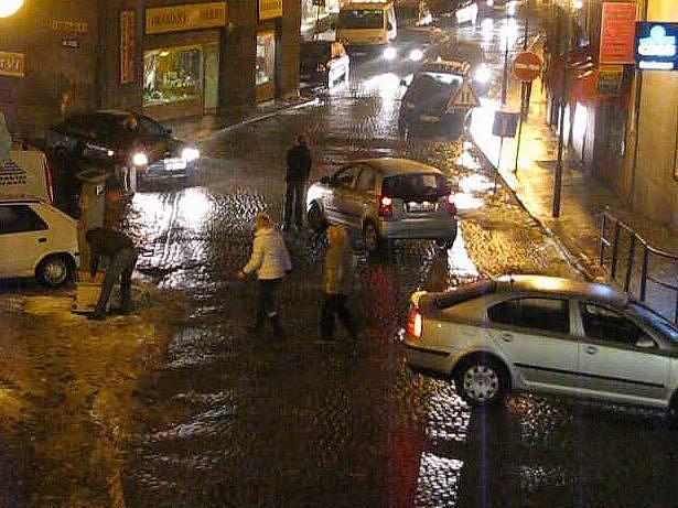 Nebezpečně kluzká vozovka v Železné ulici v Mladé Boleslavi. Někteří řidiči bez cizí pomoci nejeli!