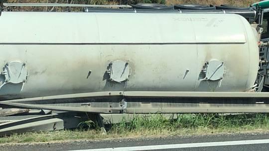 Převrácená cisterna na dálnici D10.