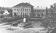 Archivní pohled na chotětovskou Základní školu.