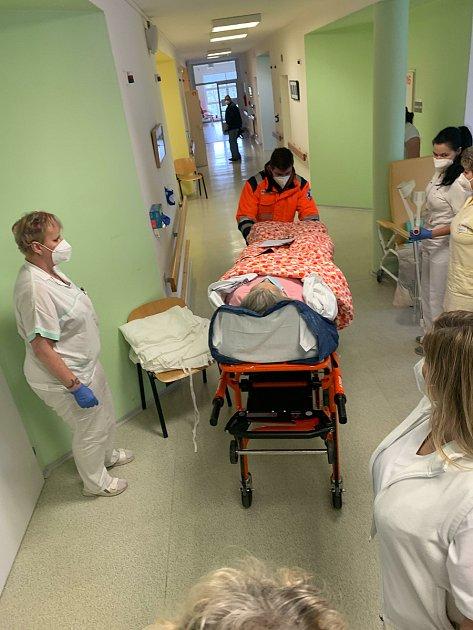 Převoz pacientů zLDN Klaudiánovy nemocnice do Mnichova Hradiště.