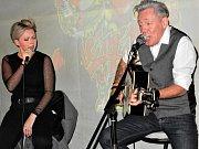 Z turné po Evropě do U Turn Pubu v Mladé Boleslavi zaskočilo duo irských hudebníků z Dublinu. Zpěvačka a perkusistka Donna Dunne a kytarista Phil Doyle.