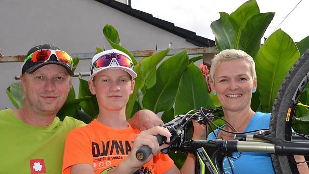 Mladoboleslavský biker a cyklokrosař Josef Hladík se svými rodiči Josefem a Janou.