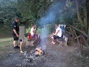 Na pláži v Podlázkách si někteří zvykli rozdělávat oheň