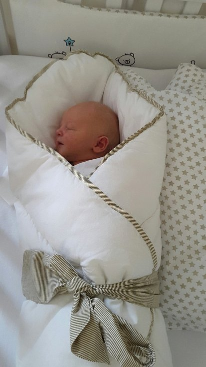 PETR Povšík se narodil 17. srpna mamince Jiřině a tatínkovi Robinovi. Vážil 3,67 kg a měřil 54 cm.