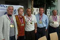 Někteří medailisté Seniorských her: (odleva) Váckav Škába, Anna Šímová, Čestmír Šimůnek, Jiří Kukla, Jan Martínek.