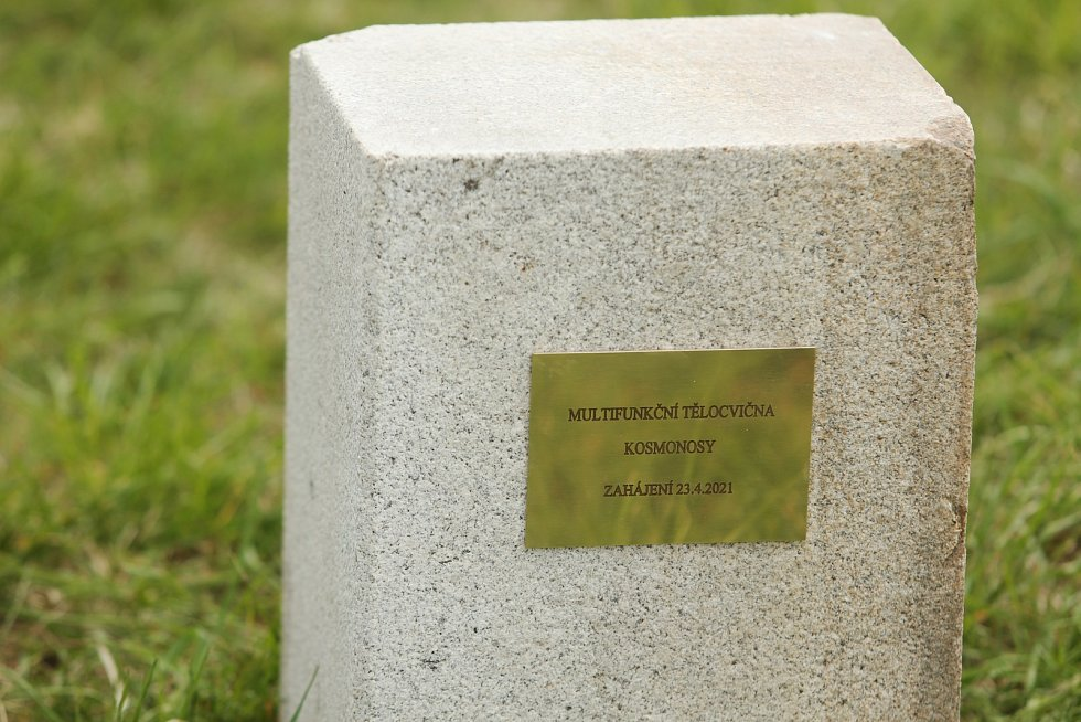 Poklepání základního kamene multifunkční haly se v Kosmonosech konalo v pátek 23. dubna.