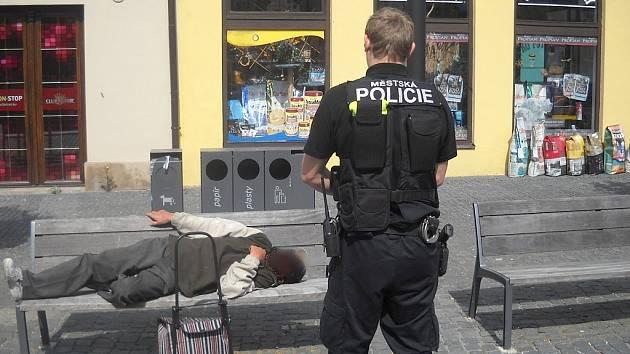 Bezdomovec se povaloval na Starém Městě