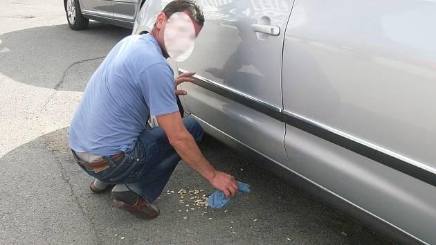 Nepořádek u zaparkovaného auta