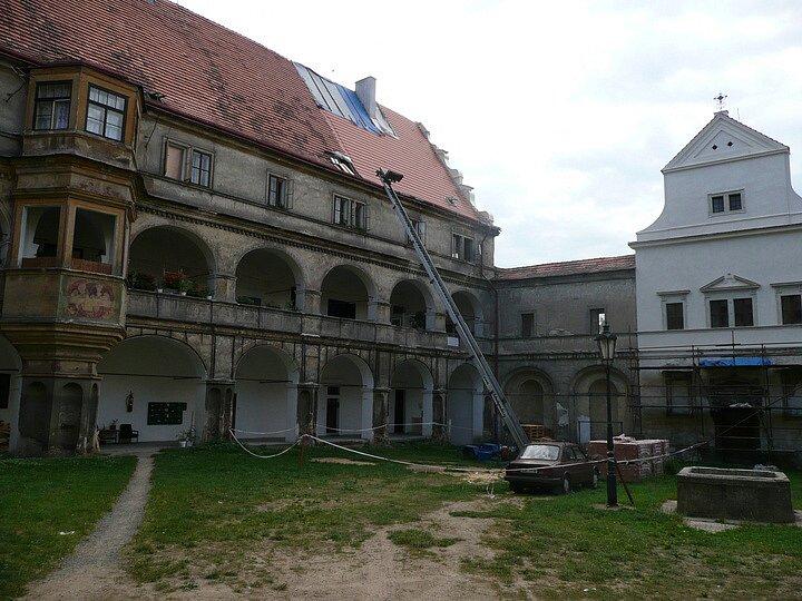 Obnova střešní krytiny na zámku v Bělé pod Bezdězem.