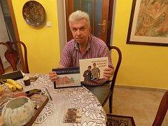 Houslista Jaroslav Svěcený s dvěma knihami od spisovatele Pavla Petra - Pohádky z nádraží a Nejtěžší zápas Dominika Skořepy.