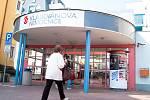 Vchod do Klaudiánovy nemocnice v Mladé Boleslavi.