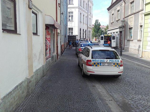 První pomoci se jednatřicetiletý muž dočkal na ulici před ubytovnou v Klaudiánově ulici.
