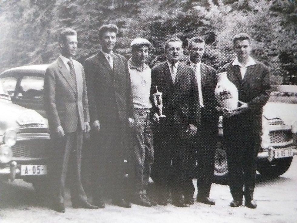 Hrdý tým škodováků s trofejí ze soutěže Tour d'Europe 1962, jejíž trať nevedla pouze skrz Evropu, ale dokonce i severní Afrikou.