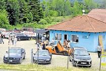 V centru obce pořádá soukromá firma zážitkové jízdy. Obyvatelé si stěžují na hluk, ale kontroly pochybení nezjistily.