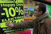 Křiklavé barvy na plakátech zaujali mladého muže natolik, že jej utrhl a následně jimi krášlil zaparkovaná vozidla v Mladé Boleslavi.