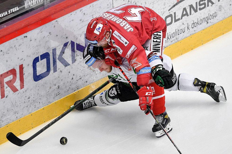 Semifinále play off hokejové Tipsport extraligy - 7. zápas: HC Oceláři Třinec - BK Mladá Boleslav, 15. dubna 2021 v Třinci. (zleva) Adam Zbořil z Mladé Boleslavi a Jan Jaroměřský z Třince.