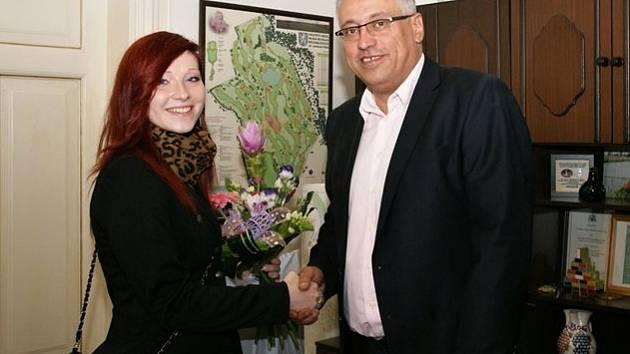 Monika Vitásková s primátorem Raduanem Nwelatim. Monika se netají tím, že by ráda vystupovala na akcích města.