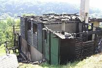 Chatu v Debři zachvátily plameny.