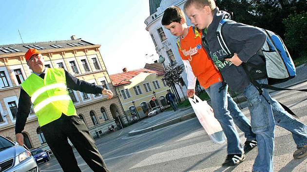 Josef Kestler (59) z Mladé Boleslavi se jako první zhostil hlídání chodců při cestě do škol a do zaměstnání v ranní dopravní špičce.